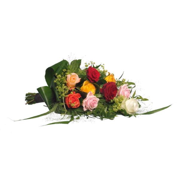 Een prachtig rouwboeket met rozen in verschillende kleuren en seizoensgroen. Door ons met zorg gemaakt.