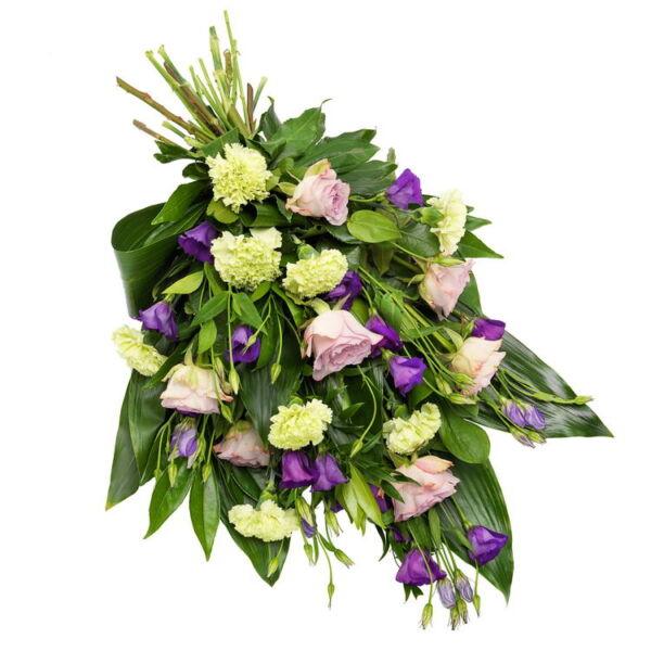 Een luxe en modern rouwboeket in paarse tinten. Dit bevat bloemen zoals rozen, eustoma, anjers en seizoensbladgroen.